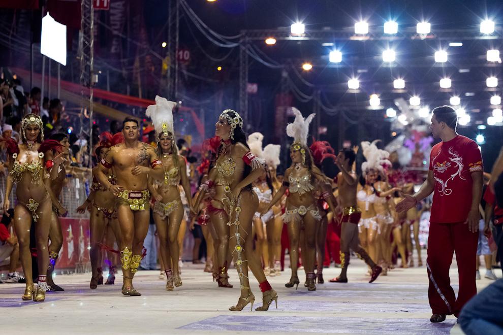La Comparsa de Brahma con un despliegue de colores y lentejuelas, baila entreteniendo al público presente.(Tetsu Espósito - Encarnación, Paraguay)
