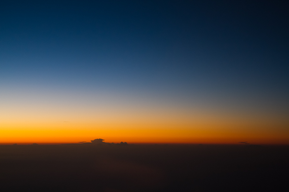 El amanecer del cielo en sus primeras horas me recibe llegando a Washington D.C., capital de los Estados Unidos de América, mientras el avión se acerca al Aeropuerto de Dulles. (Tetsu Espósito - Washington, Estados Unidos)