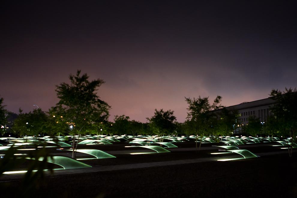El Pentagon Memorial, ubicado en el suroeste del Pentágono, recuerda a las víctimas del atentado del 11 de Setiembre, especialmente a las que perecieron en el vuelo 77 de American Airlines. El memorial fue diseñado por Julie Beckman y Keith Kaseman. (Tetsu Espósito - Washington, Estados Unidos)