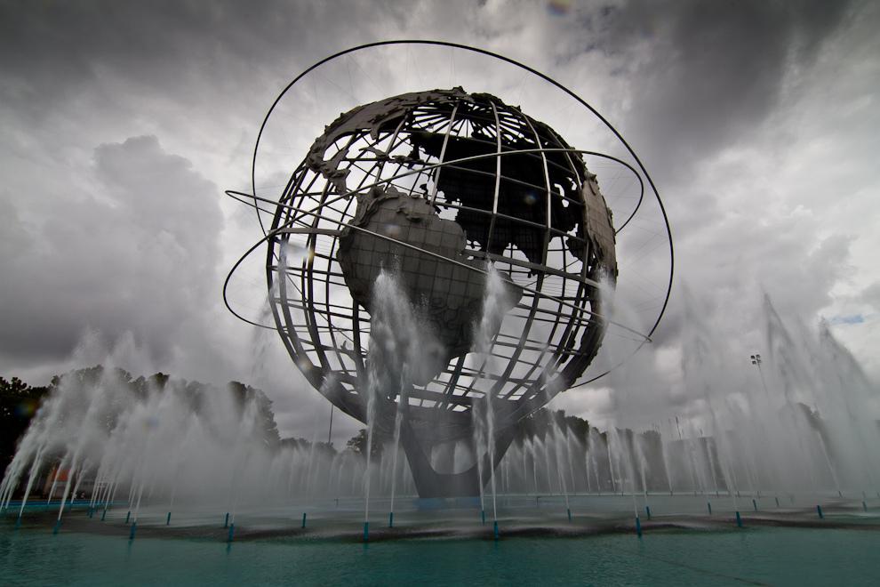 La Unisphere, en el Parque de Flushing Meadows, es una estructura metálica de acero de 42 metros y unos 320 mil kilos, construída como el símbolo de la Exposición Universal de Nueva York en 1964. Diseñada por el arquitecto  Gilmore D. Clarke. La Unisphere es el símbolo no oficial del barrio neoyorquino de Queens y está dedicada a los logros del hombre en un mundo más pequeño y un Universo en expansión. (Tetsu Espósito - Nueva York, Estados Unidos)