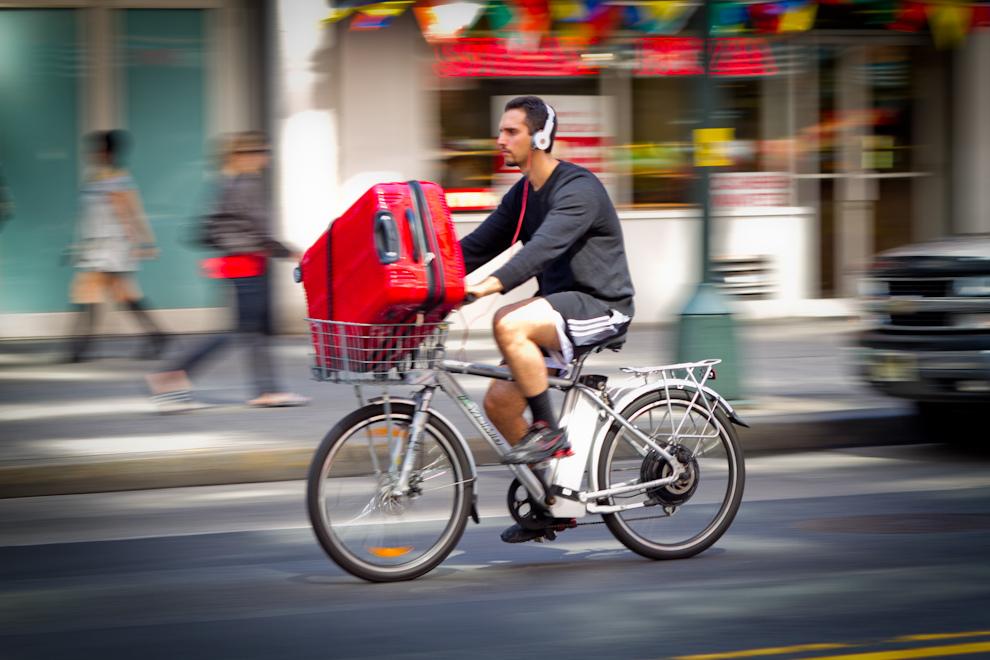 Nueva York ofrece una importante opción para andar en bicicleta, proximidad en zonas urbanas densamente poblatas, un terreno relativamente plano, y una interesante opción para contrarestar el caótico tráfico y embotellamiento que suele sufrir esta ciudad.(Tetsu Espósito - Nueva York, Estados Unidos)