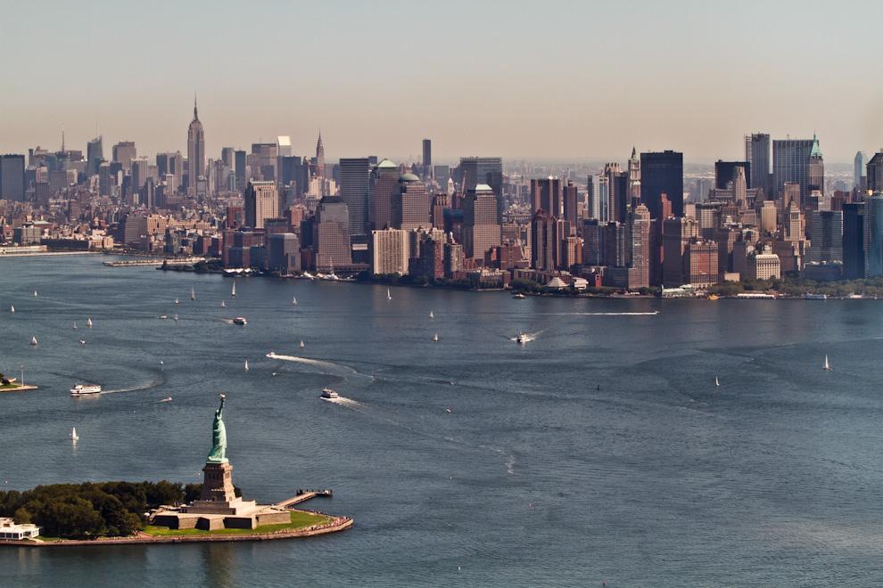 Una imponente vista de la Estatua de la Libertad y los rascacielos de Nueva York, desde un helicóptero que recorre en un vuelo turístico de 15 minutos, los puntos principales de Manhattan. (Tetsu Espósito - Nueva York, Estados Unidos)