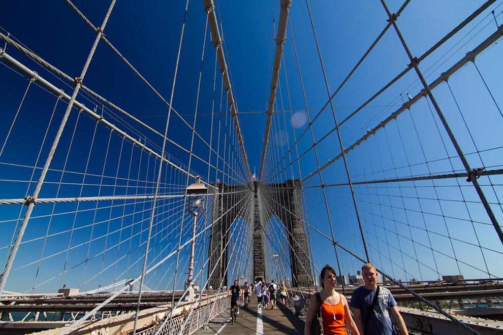 El Puente de Brooklyn es uno de los puentes suspendidos más antiguos de los Estados Unidos, terminado en 1883, es un emblema de la ingeniería del siglo XIX por lo innovador que fue en aquel entonces el uso del acero como material constructivo a gran escala. Este puente conecta a Manhattan con Brooklyn. (Tetsu Espósito - Nueva York, Estados Unidos)