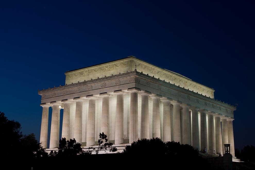 La parte trasera del edificio del Monumento a Lincoln, que tiene forma de templo griego dórico, fue inaugurado en 1922, y alberga dentro una gran escultura de Abraham Lincoln sentado. (Tetsu Espósito - Washington, Estados Unidos)