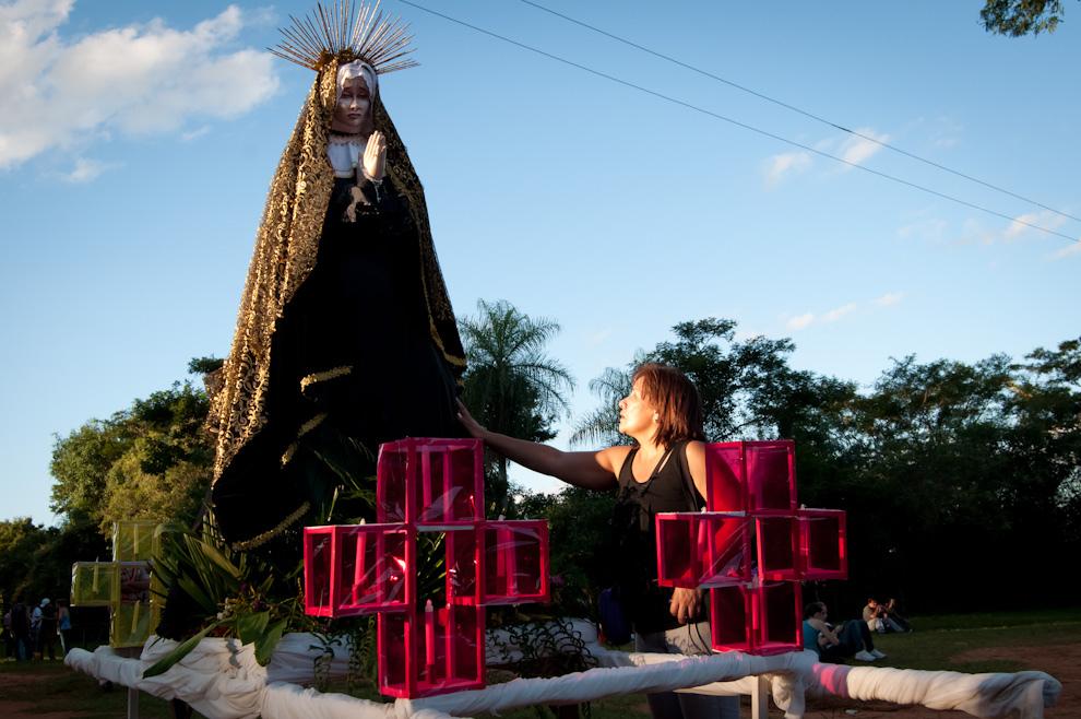 Una señora reza frente a la imagen de La Dolorosa ubicada al comienzo de la calle en donde se llevara a cabo la procesión. (Elton Núñez - San Ignacio, Paraguay)