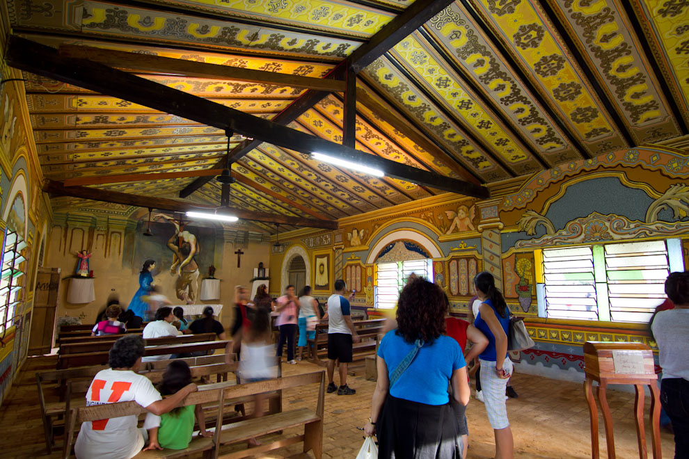 La Capilla de Tañarandy, con sus paredes pintadas con frescos de artistas del lugar, recibe a los feligreses en horas de la tarde del Viernes Santo. (Tetsu Espósito - San Ignacio, Paraguay)