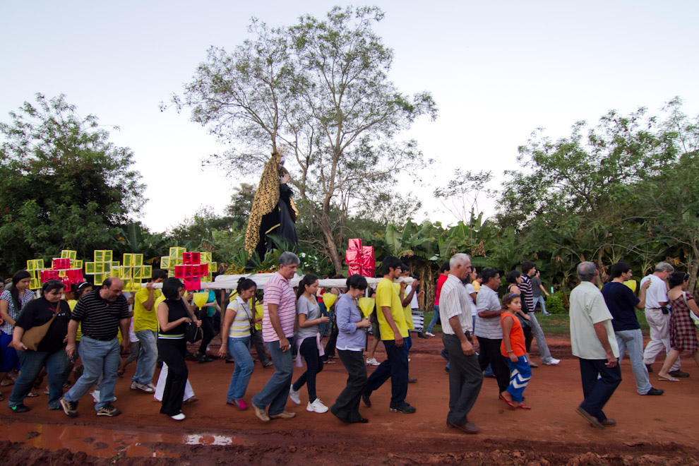 Los feligreses acompañando a la Virgen en la procesión de Tañarandy, en las últimas horas de la tarde del Viernes Santo. (Tetsu Espósito - San Ignacio, Paraguay)