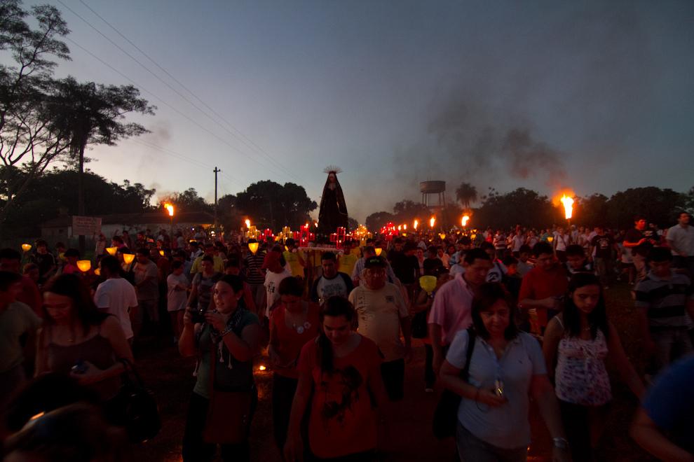 La Virgen, acompañada por una gran concurrencia de feligreses, con el camino iluminado por miles de velas y antorchas. (Tetsu Espósito - San Ignacio, Paraguay)