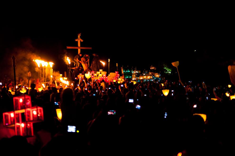 Al término de la marcha con La Virgen de los Dolores, los estacioneros y feligreses con candiles y antorchas, el rito siguió con la baja del Cristo crucificado a los brazos de la Virgen que representa la dolorosa contemplación de la Madre Maria a su hijo torturado y muerto. (Elton Núñez - San Ignacio, Paraguay)