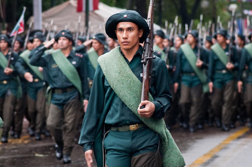 Soldado Paraguayo con la vestimenta característica del soldado defensor del Chaco Paraguayo, encabeza su escuadrón y da comienzo al desfile. (Elton Núñez - Asunción, Paraguay)