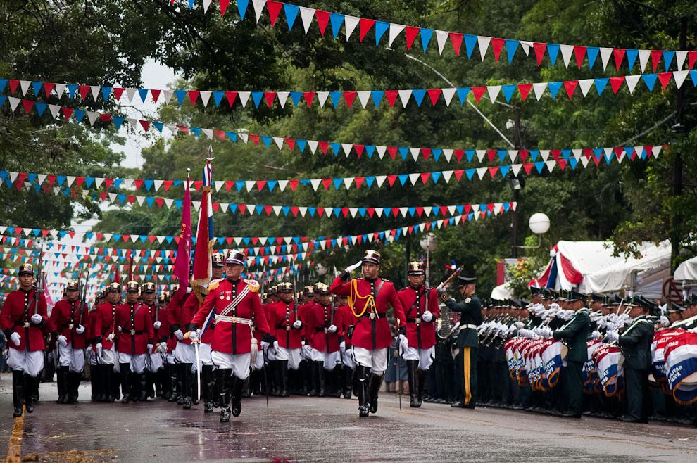El Regimiento Aca Verá, más conocido como Regimiento Escolta Presidencial, saluda a los Presidentes cuando pasa frente al Palco principal. (Elton Núñez - Asunción, Paraguay)