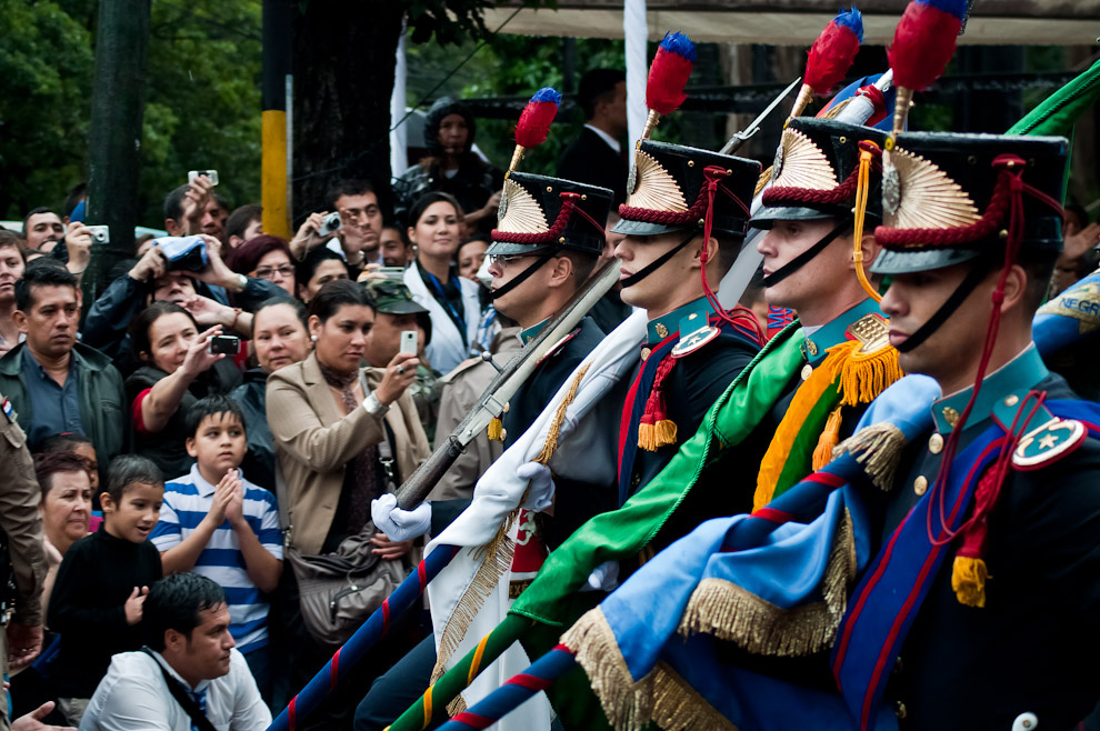 Oficiales de gala de distintas insignias del Ejército argentino se hicieron presentes en esta fiesta paraguaya. (Elton Núñez - Asunción, Paraguay)