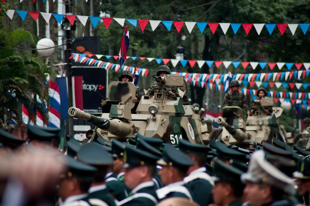 Tanques de Caballería se aproximan al palco principal por la avenida Mariscal López con el rugido de sus potentes motores.  (Elton Núñez - Asunción, Paraguay)
