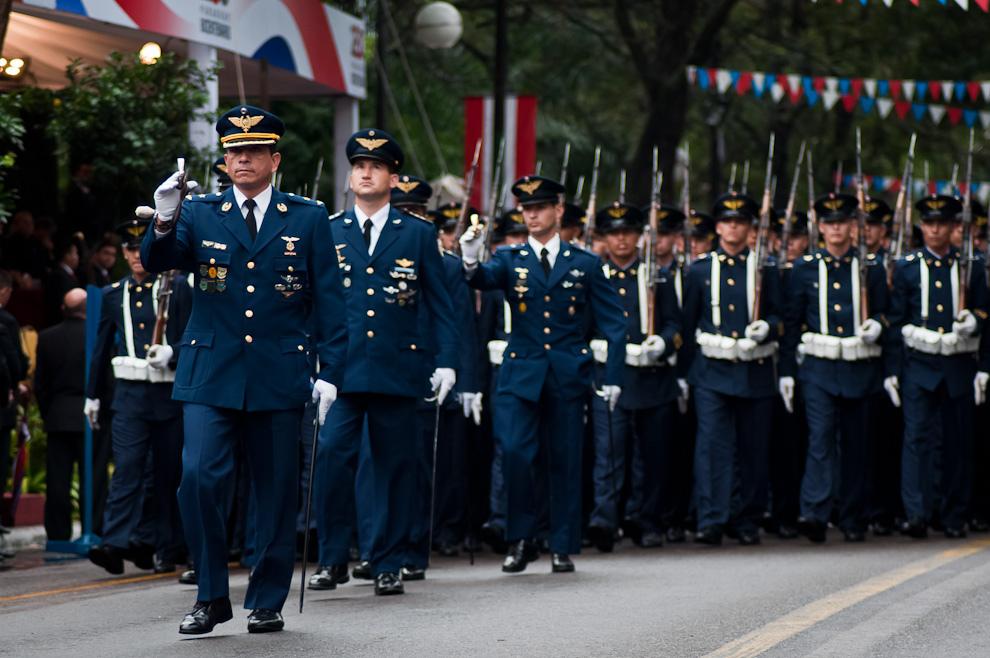 Un General de la Fuerza Aérea Paraguaya encabeza su escuadrón vistiendo sus elegantes uniformes, en una perfecta formación. (Elton Núñez - Asunción, Paraguay)