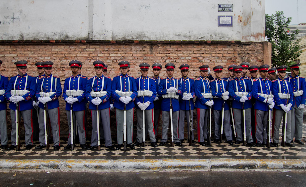 Cadetes del Liceo Militar Acosta Ñú vestidos de gala esperan el inicio del desfile Militar-Policial el 14 de Mayo por los festejos del Bicentenario Paraguayo. (Tetsu Espósito - Asunción, Paraguay)