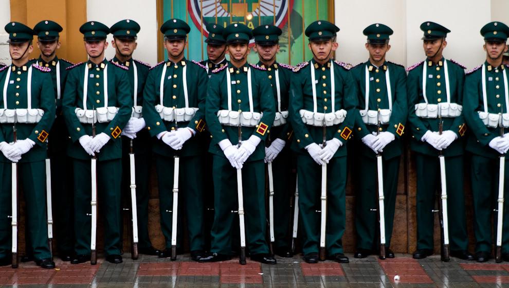 Cadetes con sus mejores galas esperan el momento de comenzar el desfile Policial-Militar. (Tetsu Espósito - Asunción, Paraguay)