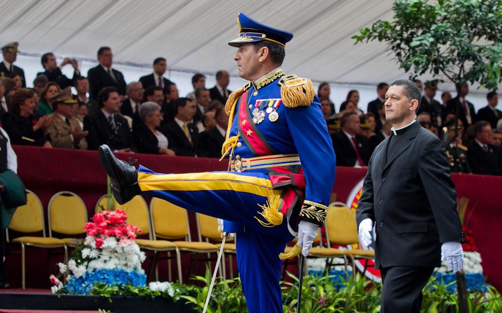 Un alto General de división desfila junto a su compañía liderado por sus oficiales y capellán.  (Tetsu Espósito - Asunción, Paraguay)