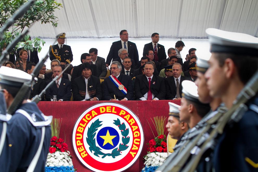 """Los Presidentes Evo Morales y Fernando Lugo presencian el desfile militar llevado a cabo el Sábado 14 de Mayo. """"Como siempre los presidentes estamos con ganas de compartir estas fiestas de independencia de 200 años de gestas libertarias, gracias a nuestros antepasados indígenas y obreros, mestizos"""", dijo el Presidente Morales al rendir tácitamente honor a la figura paraguaya de Francisco Solano López. (Tetsu Espósito - Asunción, Paraguay)"""
