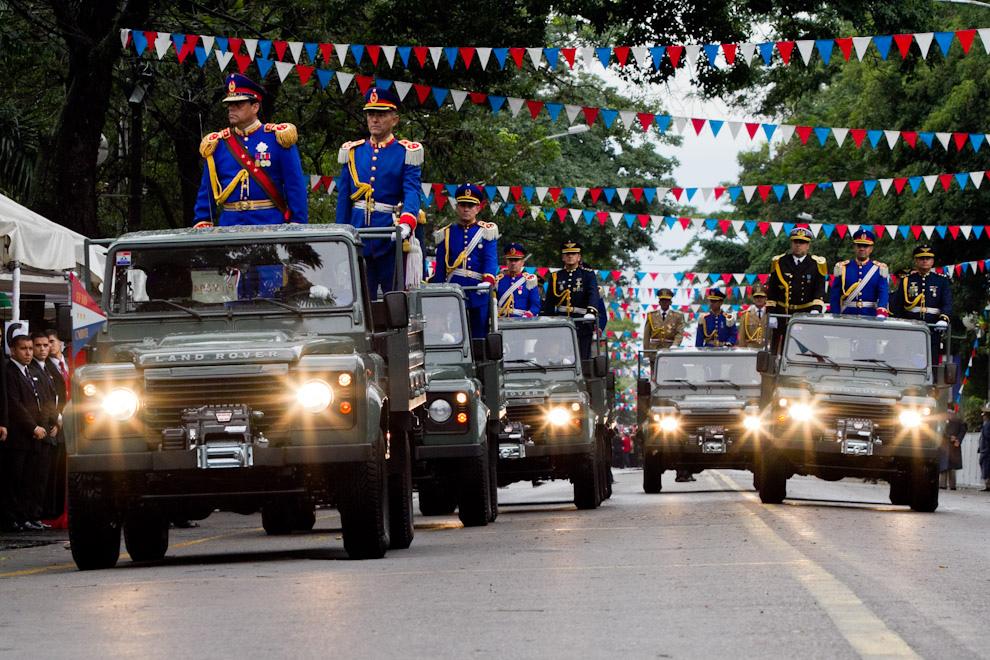 El Comandante del Ejército General de División Darío M. Cáceres, Los líderes de la Armada y la Fuerza Aérea saludan a los Presidentes dando Inicio al gran desfile Policial-Militar.  (Tetsu Espósito - Asunción, Paraguay)