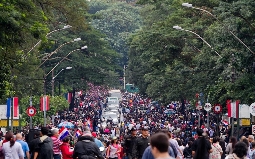 El público asistiendo masivamente al encuentro. El desfile cívico-militar y policial que debía iniciarse a las 10:00, recién empezó a las 11:15, debido a la intensa lluvia que caía sobre Asunción. (Tetsu Espósito - Asunción, Paraguay)