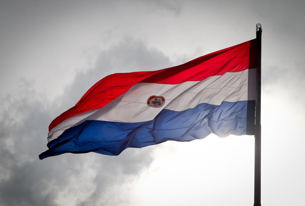 Nuestra hermosa bandera paraguaya flamea imponente en la mañana del 14 de Mayo durante las primeras horas de los festejos por el Bicentenario en la cumbre del Mástil principal del Palacio de Gobierno. (Tetsu Espósito - Asunción, Paraguay)