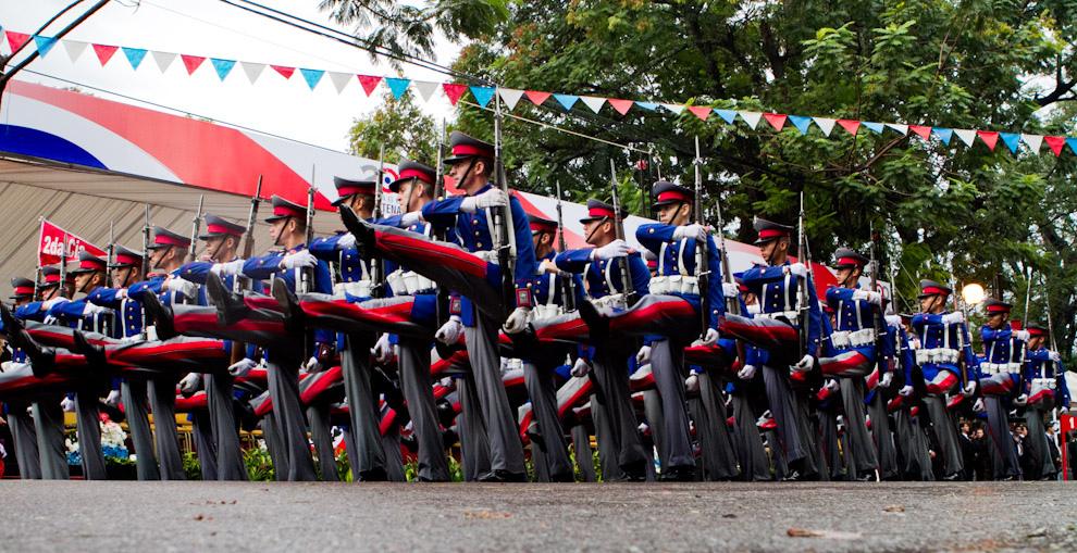 Cadetes del Liceo Militar Acosta Ñú con sus mejores galas desfilan frente al Palco Principal aplaudidos por los Presidentes.  (Tetsu Espósito - Asunción, Paraguay)