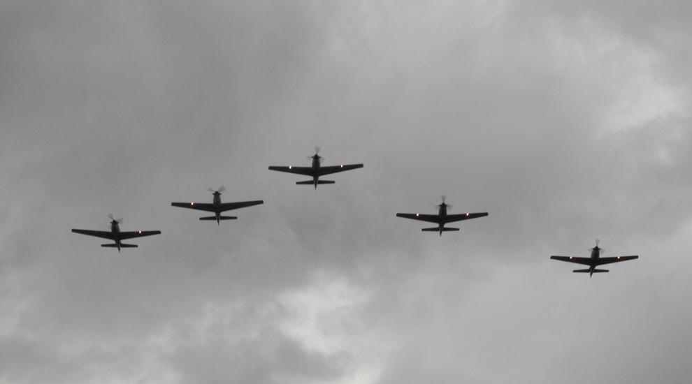 Aviones de combate Tucano, de la Fuerza Aérea Paraguaya vuelan en formación durante el desfile Militar el 14 de Mayo sobre la Avenida Mariscal López.  (Tetsu Espósito - Asunción, Paraguay)