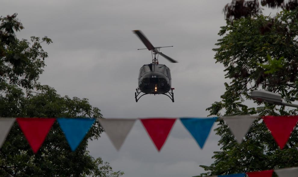 Helicópteros de la Fuerza Aérea sobrevuelan la avenida Mariscal López mientras miembros de la misma Arma desfilaban. (Tetsu Espósito - Asunción, Paraguay)