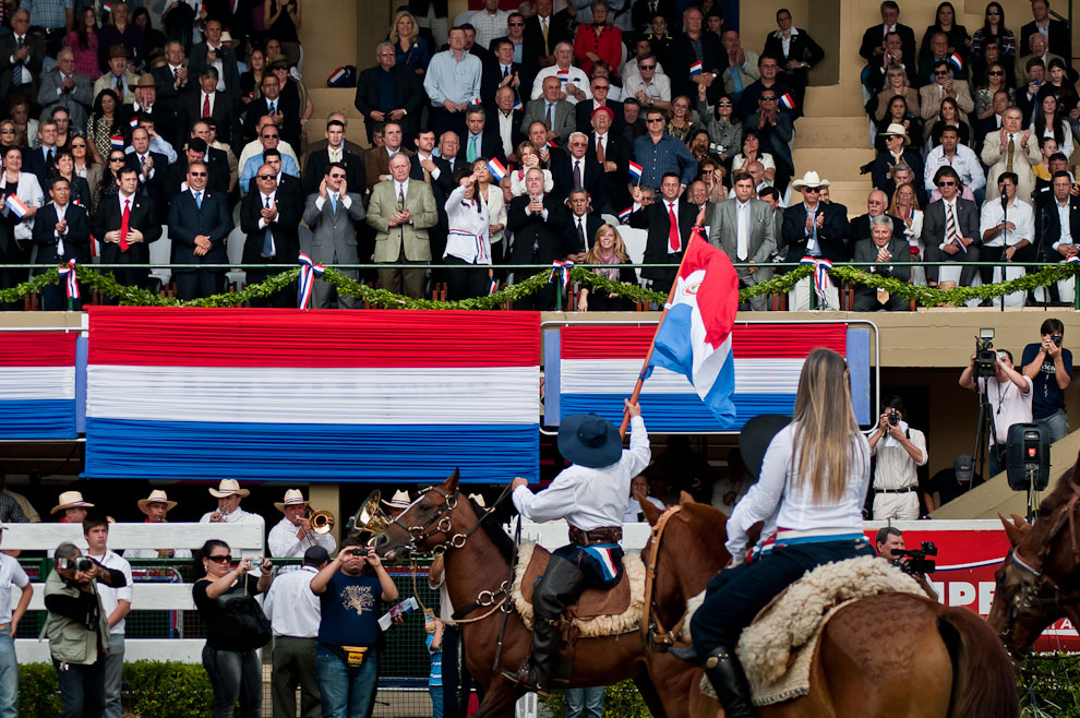 """El presidente de la Asociación Rural del Paraguay (ARP), Juan Néstor Núñez con bandera en mano, saluda al Vice Presidente de la República luego de la ceremonia de apertura oficial de la Expo 2011. En su discurso pidió a los senadores que se dejen del """"vyrorei"""" (sin importancia)  porque """"nosotros tenemos que pensar en el país"""". (Elton Núñez)"""