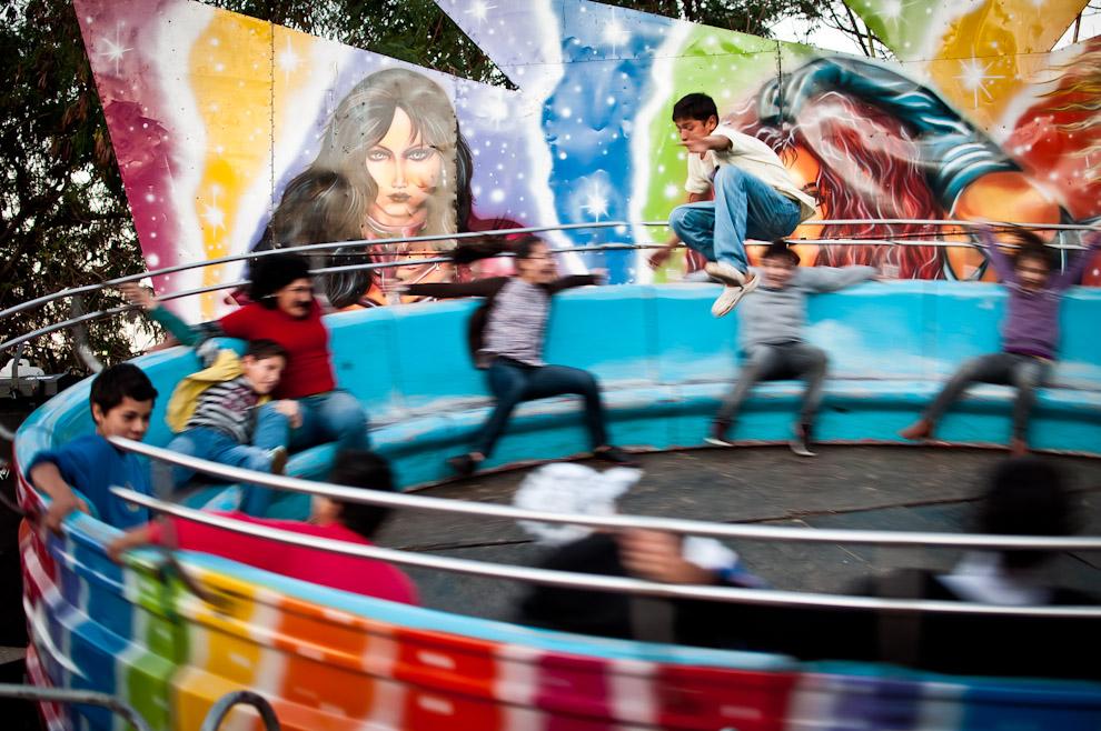 En el parque de diversiones de la Expo un muchacho decide poner más emoción al juego, desafía la fuerza centrífuga corriendo en contra del sentido de giro y dando saltos para demostrar su dominio. (Elton Núñez)