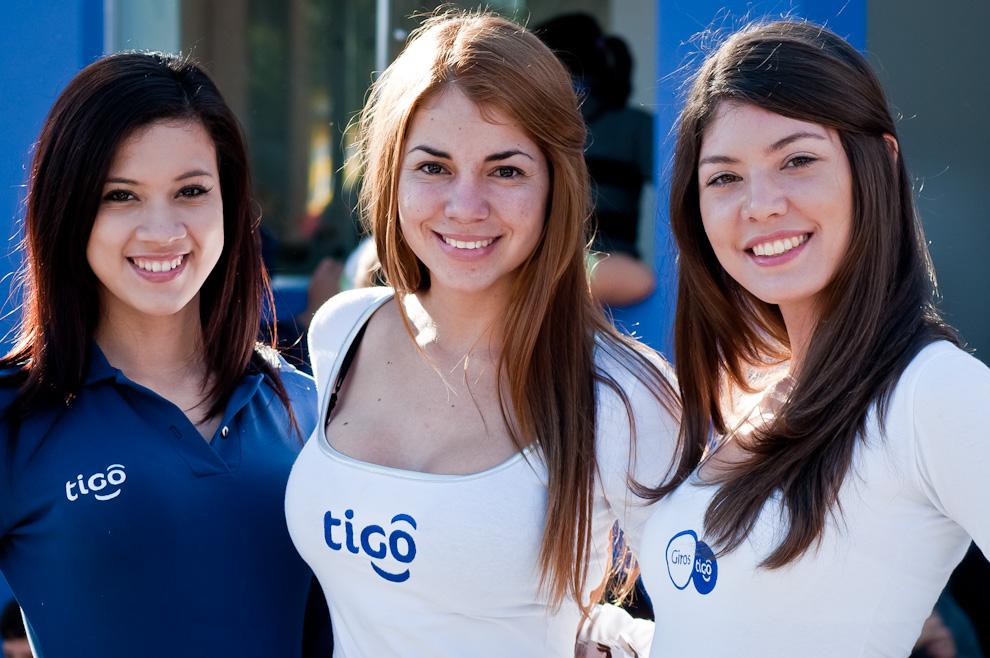 Tres modelos del Stand de Tigo cautivaron al público quienes formaban fila para tener la oportunidad de tomarse una fotografía con estas hermosas promotoras. (Elton Núñez)