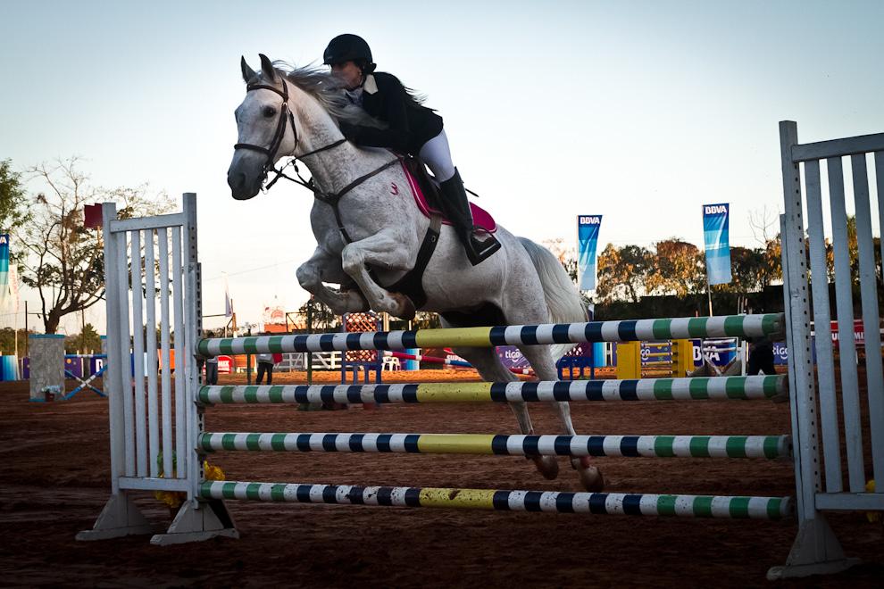 Una amazona realiza un salto con su caballo, en el campeonato de salto hípico Expo 2011. (Tetsu Espósito)