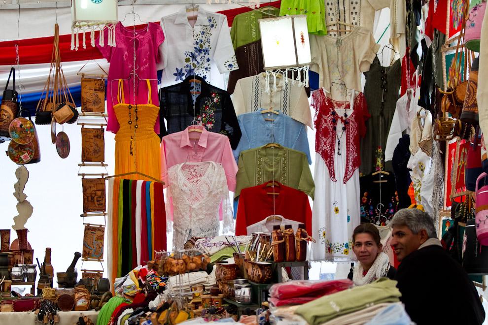 En la Plaza de la Democracia se realizaban diversas actividades, como esta feria de artesanías y ropas típicas. (Tetsu Espósito)