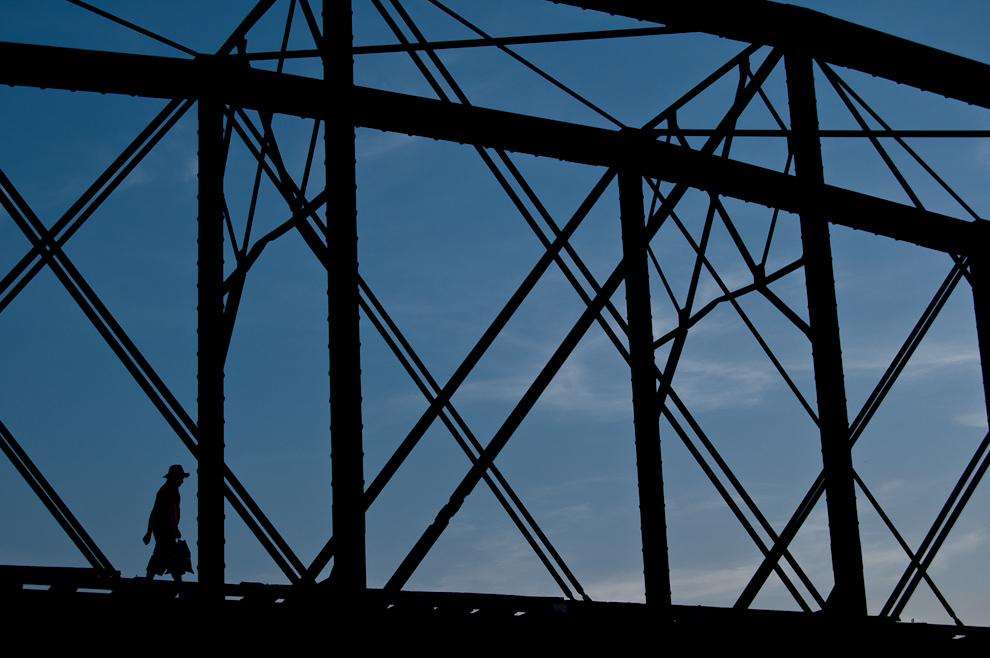 Un lugareño camina sobre el viejo puente de hierro del ferrocarril. Fue curiosa la manera en que caminaba hábilmente sobre las maderas del puente separadas a un metro cada una. Hace unos años el gobierno resolvió retirar los rieles de hierro quedando solamente la madera y el abismo de casi 25 metros. (Elton Núñez)