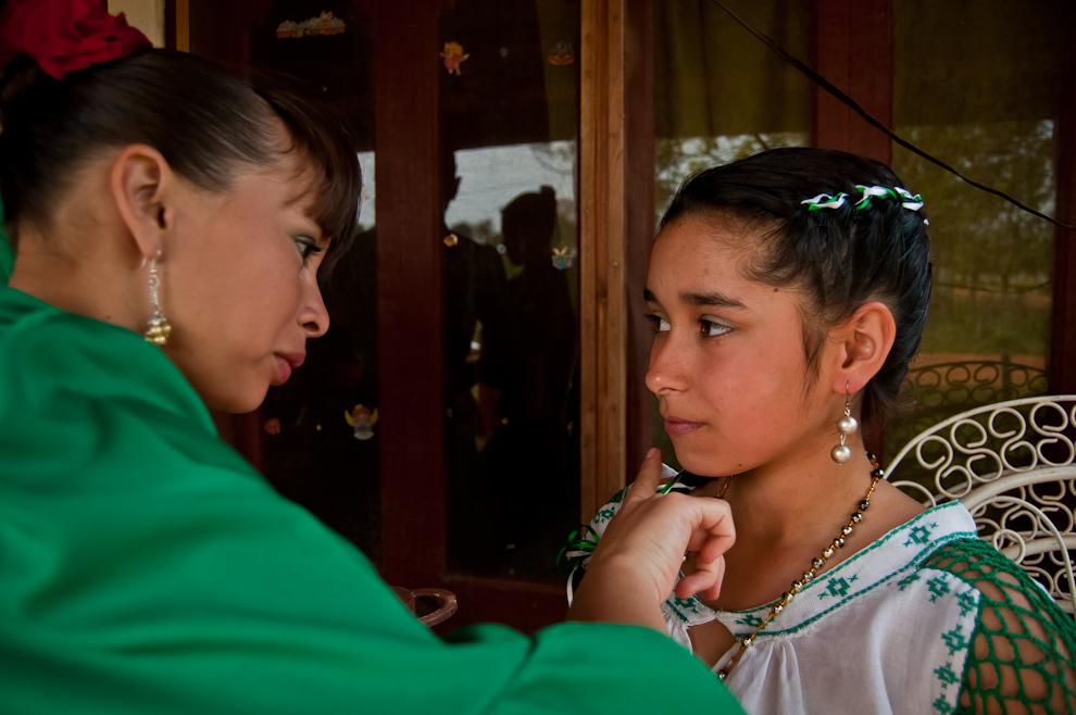 Los representantes de la comunidad de San Rafel que colaboraron con el festejo de su distrito vecino, se preparan con maquillajes y vestimenta a pocas horas de comenzar el festival. (Elton Núñez)