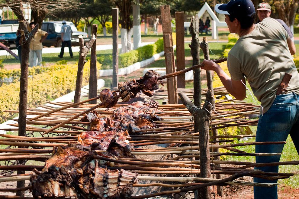 El infaltable y tradicional asado a la estaca fue una de las comidas más codiciadas en la jornada del domingo durante el Festival del Licor.  (Elton Núñez)