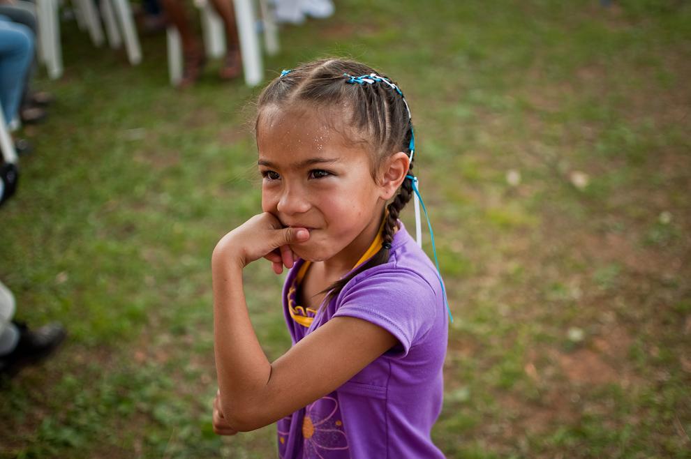 Una niña que había bailado una danza paraguaya en el Festival del Licor, vuelve junto a su madre aún con las trenzas hechas, las que había usado para lucirse en su presentación. (Elton Núñez)