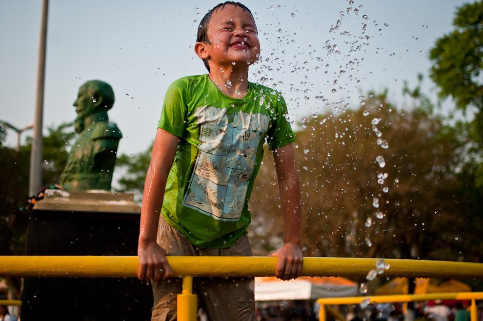 En la plaza central, conocida como La Plaza de los Ilustres, los niños se divertían con la fuente de agua, el clima colaboró con un cálido mediodía y atardecer para permitir a los niños hacer travesuras con el agua.  (Elton Núñez)