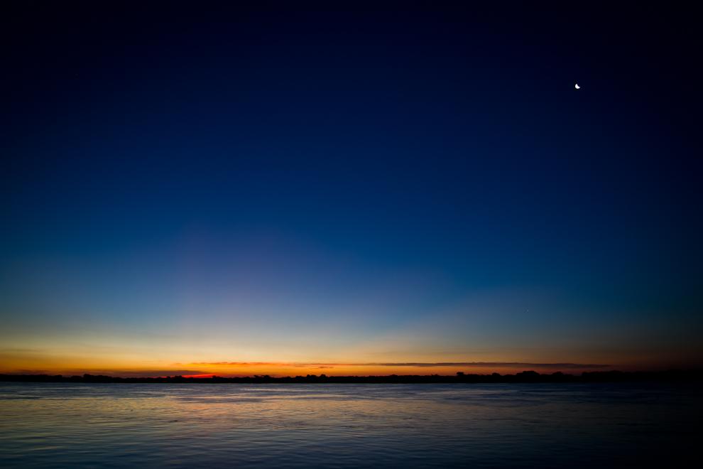 La luna se levanta en el horizonte mientras las últimas luces del atardecer se observan en el horizonte, en Zanjita, mientras preparamos los equipos para una noche de astrofotografía.  (Tetsu Espósito)