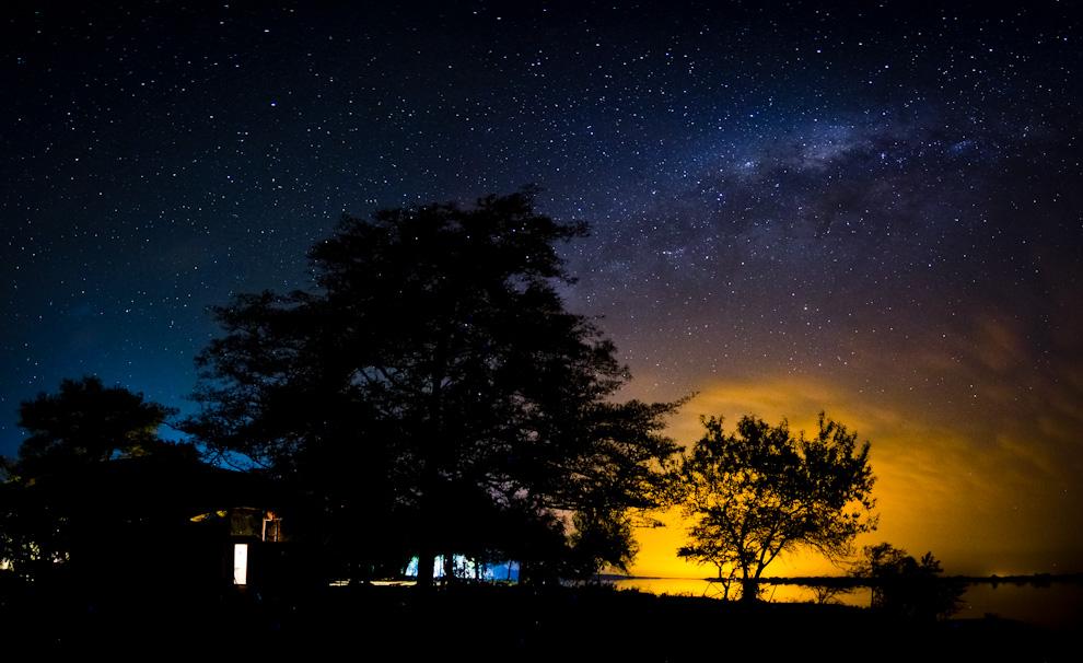 En Zanjita, después de realizar distintas tomas, pude armar esta panorámica de la Vía Láctea, que se extendía imponente en una noche sin luna.. Para realizar tomas nocturnas del cielo estrellado hay que alejarse de las ciudades y así evitar toda polución de luz que pueda generar problemas a la hora de realizar tomas de larga duración.  (Tetsu Espósito)