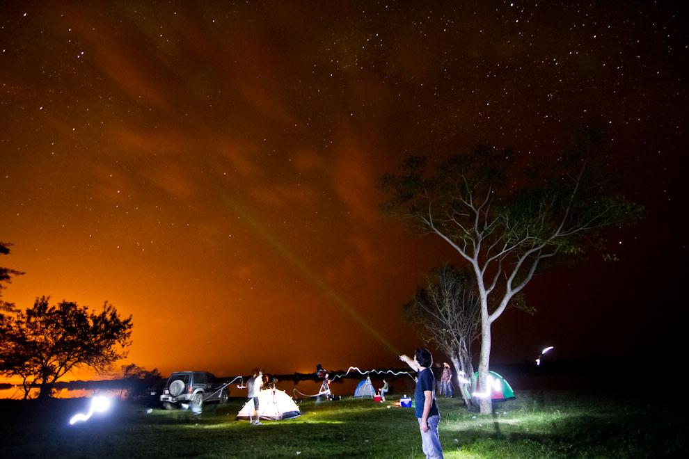 Varios colegas aficionados a la fotografía y a la astronomía se dieron cita en una noche sin luna en la localidad de Zanjita, para contemplar el cielo sin la contaminación de ciudades cercanas. Se utilizan lasers de alta potencia para poder indicar y señalar astros, galaxias y planetas. (Tetsu Espósito)