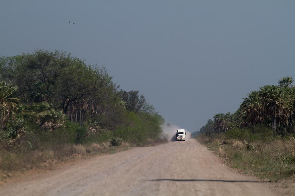 Caminos privados, polvorientos y con talcales a lo largo, son mantenidos con periodicidad por los propietarios de las estancias a los que conducen, en pleno Chaco paraguayo. (Tetsu Espósito)