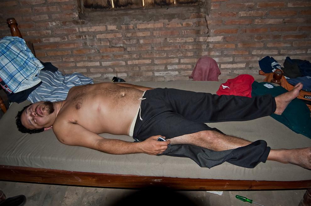 Un hombre duerme en su cama totalmente vencido por el cansancio a la mañana siguiente de una fiesta que se llevó a cabo en el puerto La Niña en el distrito de Choré del departamento de San Pedro. (Elton Núñez)