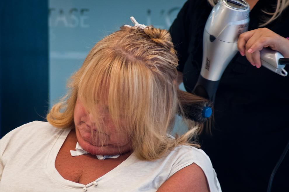Una señora no resiste la tentación de caer dormida durante el proceso de elaboración de un nuevo peinado en una conocida peluquería del Shopping Carmelitas Center del barrio Villa Morra. (Elton Núñez)