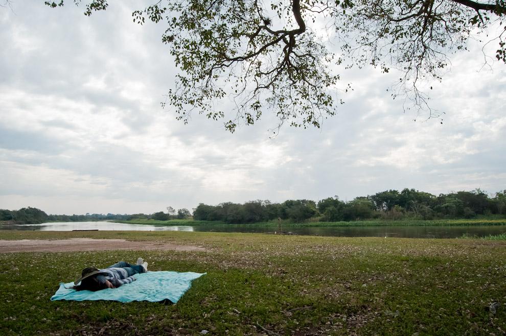 Una señorita se toma el lujo de dormir una siesta cerca del río Jejuí, bajo un árbol de Tajy en el Puerto La Niña, distrito de Choré, departamento de San Pedro en la jornada del 10 de Julio del 2011. (Elton Núñez)