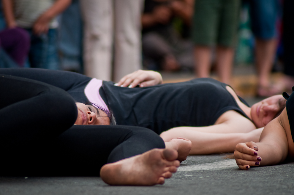 Bailarinas del grupo cultural de la ciudad de Yegros se acuestan en el suelo, aparentando estar dormidas, durante un acto teatral en la calle Palma, frente al Turista Róga de la Secretaria Nacional de Turismo el lunes 15 de Agosto de 2011. (Elton Núñez)