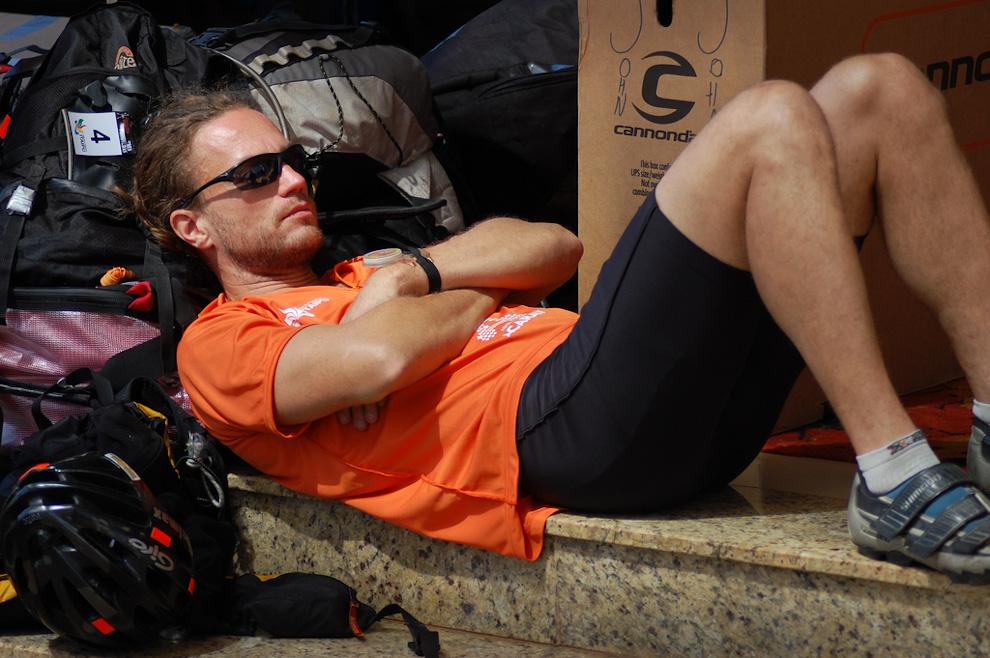 Un competidor finlandés ahorra energías en el primer día de la competencia Tembiasá tres fronteras en el 2009, frente al Hotel Acaray. Muchos competidores de distintos países se juntaron frente al hotel para preparar sus bicicletas y los insumos, el finlandés terminó más rápido esa tarea y le sobro tiempo para hecharse una siestita, una sabia decisión ya que le esperan 380km de carrera durante 4 días en la que no va tener oportunidad de dormir. (Elton Núñez)