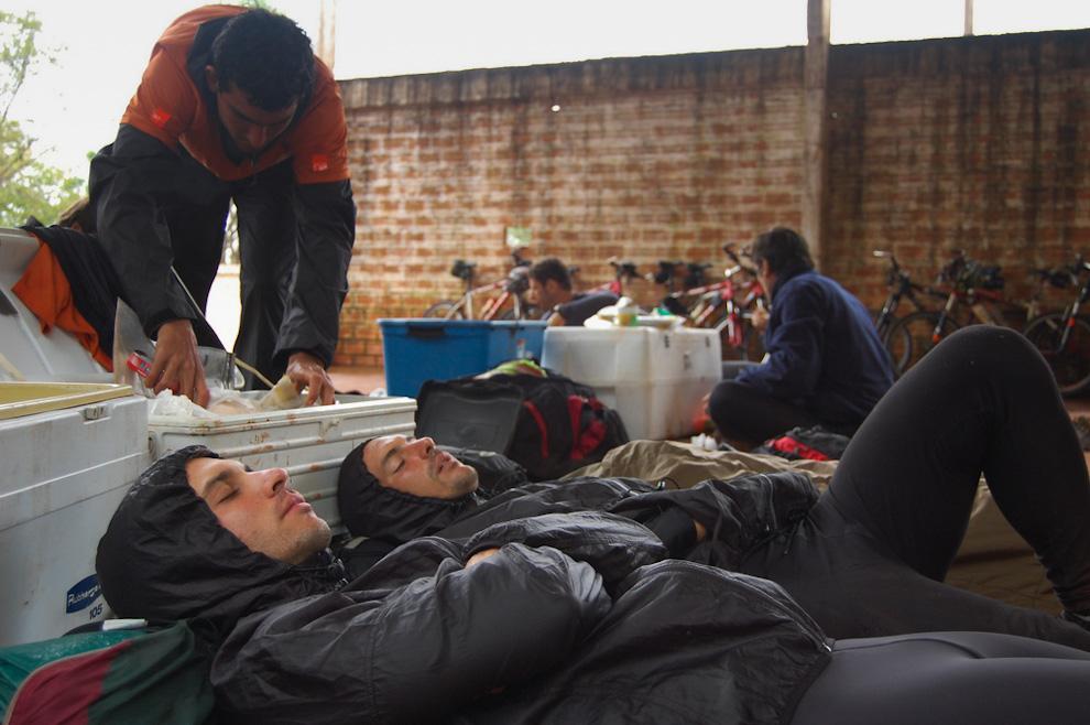 Un equipo de aventureros durante su merecido descanso en el puesto de control de la Municipalidad de Itá Kyry durante la carrera Tembiasá Tres Fronteras que se disputó en el 2009. Como la carrera es de 24 horas en donde el descanso y la comida son cuestiones estratégicas, muchos participantes están agotados mientras que otros optan por continuar. (Elton Núñez)