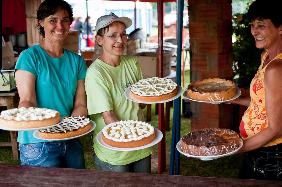 Diferentes postres son preparados para la venta en el Chopp Fest de Colonia Independencia la tarde del sábado 4 de Noviembre, las porciones de tortas que se servían eran grandes y costaban apenas Gs 3.000. (Elton Núñez)