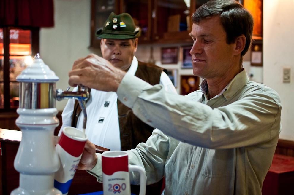 Los colonos descendientes de alemanes sirven el chopp bien frío en el restaurante del Club Deportivo Alemán de Colonia Independencia durante el Festival Chopp Fest 2011. (Elton Núñez)